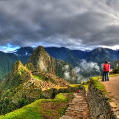 Touristen besichtigen die Ruinen der Inka-verlorene Stadt von Machu Picchu